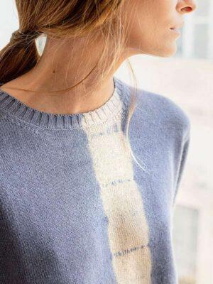 London vertical tiedye in seta e cashmere slate/jute indossato dettaglio scollo