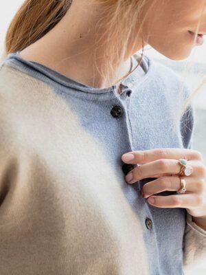 Marilù space in seta e cashmere slate/jute indossato dettaglio scollo