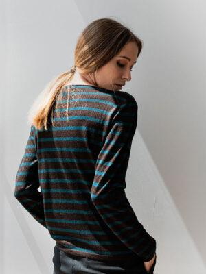 Mentone barchetta in seta e cashmere atlantis/rye indossato dettaglio