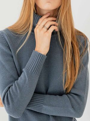 Sophie Dolcevita in cashmere slate indossato dettaglio scollo