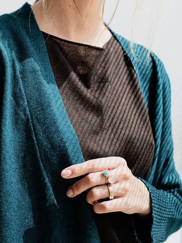 Tokyo cardigan atlantis indossato dettaglio scollo