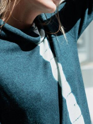 Joy vertical tiedye in seta e cashmere atlantis/ivory indossato dettaglio scollo