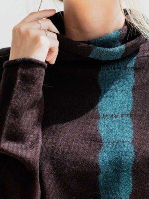 Joy vertical tiedye in seta e cashmere atlantis/rye indossato dettaglio scollo