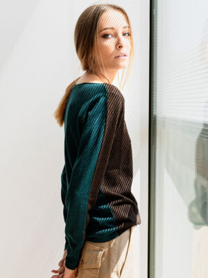 Mentone barchetta bicolor in seta e cashmere atlantis/rye indossato dettaglio