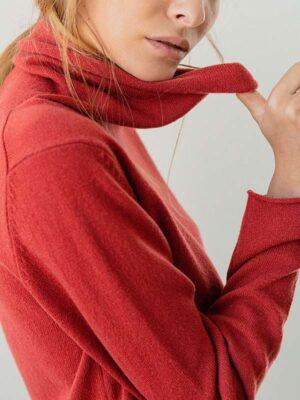 Joy dolcevita in cashmere desert indossato dettaglio scollo