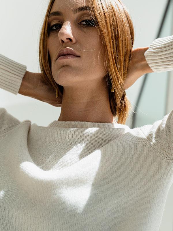 Amelie girocollo in cashmere cloud dancer indossato dettaglio scollo