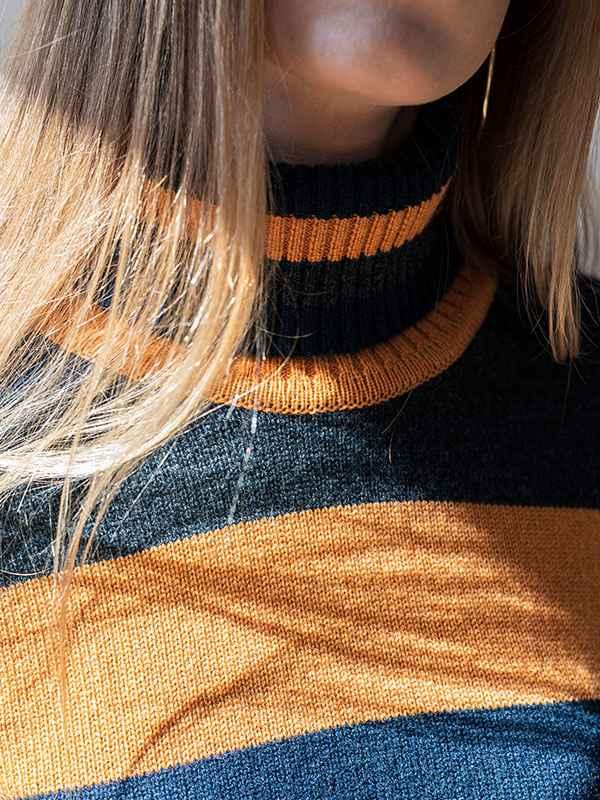 Sophie dolcevita a blocchi in lana e cashmere navy,crow,honey indossato dettaglio scollo