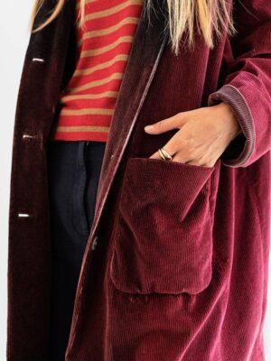 Cappotto tie-dye in velluto atlantis,rye,cordovan indossato dettaglio